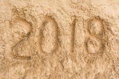 Aufschrift 2018 auf dem mit gelbem Sand Stockbild