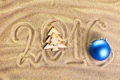 Aufschrift 2016 auf dem Sand Stockbild