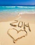 Aufschrift 2014 auf dem Sand nahe dem Meer. Seetropische Landschaft an einem sonnigen Tag Stockfotos