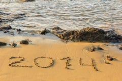 Aufschrift 2014 auf dem Sand nahe Meer Stockfotos