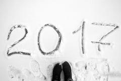 Aufschrift 2017 auf dem Schnee Stockfotos