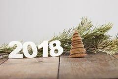 Aufschrift 2018 auf einem Holztisch mit Elementen von Weihnachtsbaumasten Stockfoto