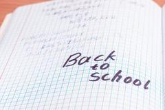 Aufschrift auf englisch zurück zu Schule auf Synopsen auf Mathematik stockbild