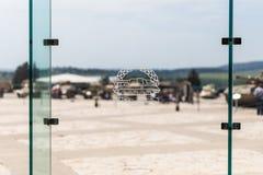 Aufschrift auf Hebr?isch - Beh?ltertruppen auf einem Zeichen auf dem Glas am Eingang zum gepanzerten Korps-Museum in Latrun, Isra lizenzfreie stockbilder