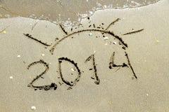 Aufschrift 2014 auf Meersandstrand Stockfoto