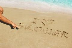 Aufschrift auf nassem Sand I Liebes-Sommer Konzeptfoto von Sommerferien Stockfoto