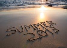 Aufschrift auf nassem Sand Sommer 2013. Lizenzfreie Stockfotos