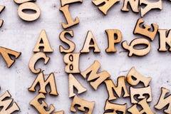 Aufschrift SO BALD WIE MÖGLICH sobald posisioble Abkürzung in den hölzernen Buchstaben auf einem hellen Hintergrund stockfotos
