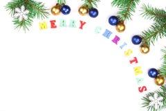 Aufschrift der frohen Weihnachten im Rahmen gemacht von den Tannenzweigen lokalisiert auf weißem Hintergrund Flache Lage Beschnei Lizenzfreie Stockbilder