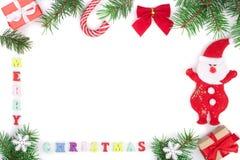 Aufschrift der frohen Weihnachten im Rahmen gemacht von den Tannenzweigen lokalisiert auf weißem Hintergrund mit Kopienraum für I Stockbilder
