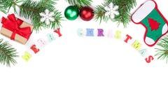 Aufschrift der frohen Weihnachten im Rahmen gemacht von den Tannenzweigen lokalisiert auf weißem Hintergrund mit Kopienraum für I Lizenzfreies Stockfoto