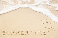 Aufschrift der Wort Sommerzeit und Sonne mit Regenschirmzeichnung Lizenzfreies Stockfoto