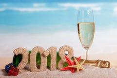 Aufschrift 2018 des neuen Jahres, Flasche und Glas Champagner, Geschenke, Stockfoto