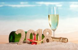 Aufschrift 2018 des neuen Jahres, Flasche und Glas Champagner, starfi Lizenzfreie Stockfotografie