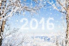 Aufschrift des neuen Jahres 2016 mit Winterwaldhintergrund lizenzfreies stockfoto