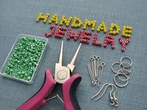 Aufschrift gemacht von den Perlen, vom handgemachten Schmuck, von den Möbeln und von den Werkzeugen Stockfoto