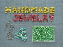 Aufschrift gemacht von den Perlen, vom handgemachten Schmuck, von den Möbeln und von den Werkzeugen Stockbild