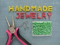 Aufschrift gemacht von den Perlen, vom handgemachten Schmuck, von den Möbeln und von den Werkzeugen Lizenzfreie Stockbilder