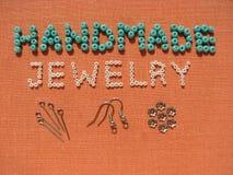Aufschrift gemacht von den Perlen, vom handgemachten Schmuck, von den Möbeln und von den Werkzeugen Lizenzfreie Stockfotos