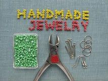 Aufschrift gemacht von den Perlen, vom handgemachten Schmuck, von den Möbeln und von den Werkzeugen Lizenzfreie Stockfotografie