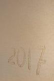Aufschrift 2017 geschrieben auf guten Rutsch ins Neue Jahr des sandigen Strandes Stockbilder