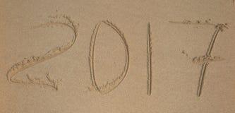 Aufschrift 2017 geschrieben auf sandigen Strand Stockbild