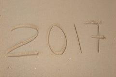 Aufschrift 2017 geschrieben auf sandigen Strand Stockfotos