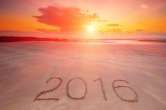 Aufschrift 2016 geschrieben in den nassen gelben Strandsand Lizenzfreie Stockfotos