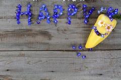Aufschrift ` glückliches ` von den Blumen auf hölzernem Hintergrund mit Pfeffer in der Form von Emoticon Kopieren Sie Platz Lizenzfreie Stockbilder