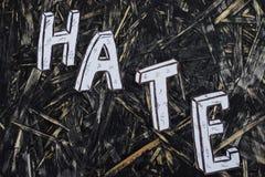 Aufschrift, Hass, auf hernom Hintergrund mit weißen Buchstaben stockbild