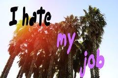 Aufschrift, hasse ich meinen Job, gegen den Hintergrund von Palmen im Sommer im Park in den Strahlen der untergehenden Sonne lizenzfreie stockfotos