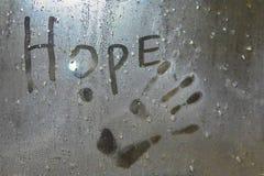 Aufschrift Hoffnung und handprint auf misted Glas lizenzfreie stockfotos