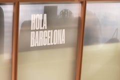 Aufschrift Hola, hallo auf spanisch, Barcelona im Hotel von Barcelona, Katalonien, Spanien 2019-05-01 lizenzfreie stockfotos