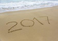 Aufschrift im Jahre 2017 auf dem Strand Stockfotografie