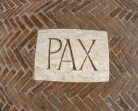 Aufschrift Pax als Symbol des Friedens auf einer Plakette 1 Stockfotografie