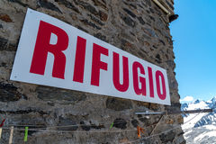 Aufschrift rifugio auf der Wand Stockbild