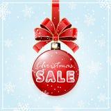 Aufschrift-Verkauf auf rotem Weihnachtsball Stockfoto