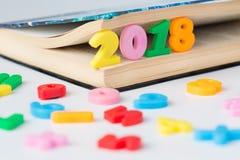 Aufschrift 2018 von farbigen Zahlen im Buch Stockbild