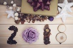 Aufschrift 2018 von Kaffeebohnen, von Rose, von trockenen Blumen und von hölzernen Scheiben Lizenzfreie Stockfotos