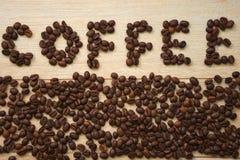 Aufschrift von Kaffeebohnen vereinbarte im Wortkaffee stockbilder