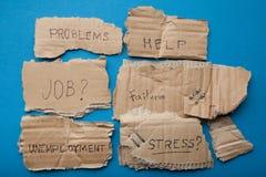 Aufschriften auf Pappplatten: Probleme, Hilfe, Job, Ausfall, Arbeitslosigkeit, Druck lizenzfreies stockbild
