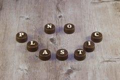 Aufschriften in den hölzernen Buchstaben auf Plastikflaschenkapseln stockfoto