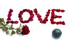 Aufschriftliebe von den Blumenblättern von Rosen und man stiegen am links Stockfoto