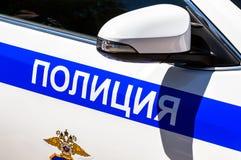 Aufschriftpolizei und -emblem auf dem russischen Polizeiwagen Lizenzfreie Stockfotos
