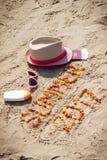 Aufschriftsommer 2017, Zubehör für das Ein Sonnenbad nehmen und Pass mit den Währungen Euro auf Sand, Sommerzeitkonzept Lizenzfreies Stockbild