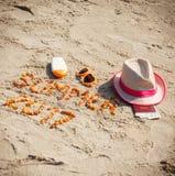 Aufschriftsommer 2017, Zubehör für das Ein Sonnenbad nehmen und Pass mit Währungsdollar auf Sand am Strand, Sommerzeit Stockbilder