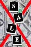 Aufschriftverkauf auf dem Dollarhintergrund Stockfotografie