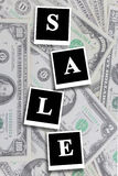 Aufschriftverkauf auf dem Dollarhintergrund Lizenzfreie Stockbilder