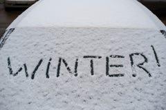 Aufschriftwinter auf Schnee auf dem hinteren Fenster des Autos Lizenzfreie Stockfotos