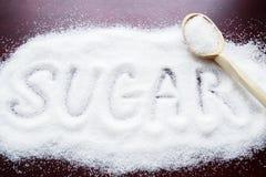 Aufschriftzucker gemacht in Stapel des granulierten Zuckers des Weiß Lizenzfreies Stockbild